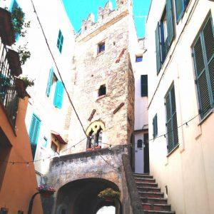 Scorcio del borgo medioevale di Nettuno (Rm). Nella foto si vede un'antica torre caratterizzata da merli e finestre antiche.