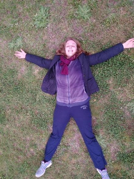 Vivere semplice significa sdraiarsi sull'erba e assaporare la libertà di sentirsi a contatto con la natura