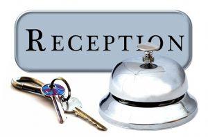 5 (miei)consigli per diventare receptionist d'hotel, da Il Travel Blog di Michela Milani. L'immagine mostra un campanello e la chiave di una stanza, oggetti associati tipicamente al receptionist d'hotel.