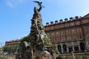 Itinerario a Torino tra magia ed esoterismo, di Michela Milani, il Travel Blog di  Michela Milani. L'immagine mostra il monumento ai caduti del traforo del Frejus, in Piazza Statuto a Torino.