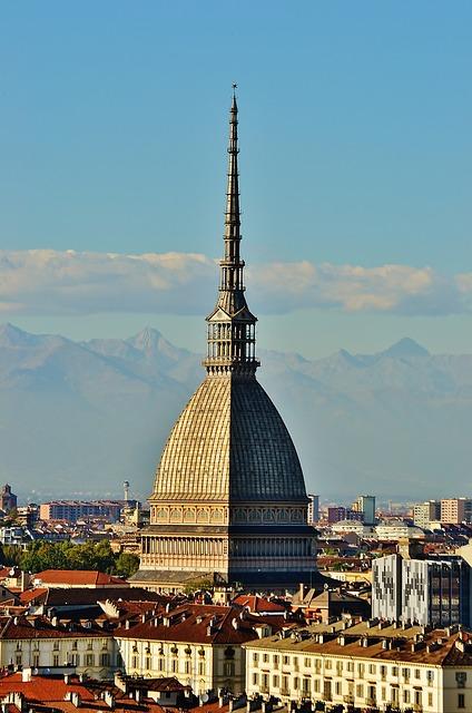 Torino in due giorni tra musei, parchi e mercati, di Michela Milani, il Travel Blog di Michela Milani. L'immagina mostra, in primo piano, la Mole Antonelliana, tappa irrinunciabile per chi vuole visitare Torino in due giorni
